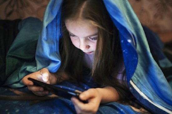 Penggunaan gadget pada anak (Freepik)
