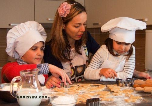 Membuat Kue Bersama Keluarga